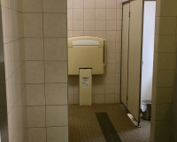 Toilette hinter Eingang