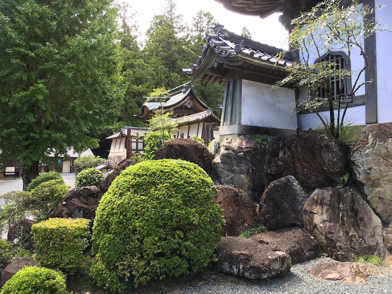 Hoko-ji vor dem Hauptgebaeude